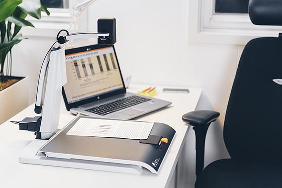 magnilink student op tafel met laptop